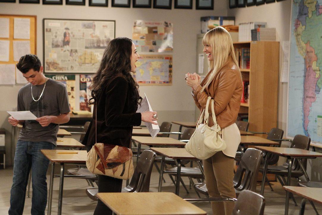 Caroline (Beth Behrs, r.) findet heraus, dass Max (Kat Dennings, M.) nie ihren Highschool-Abschluss gemacht hat, und dabei hatte ihr nur eine Prüfun... - Bildquelle: Warner Bros. Television