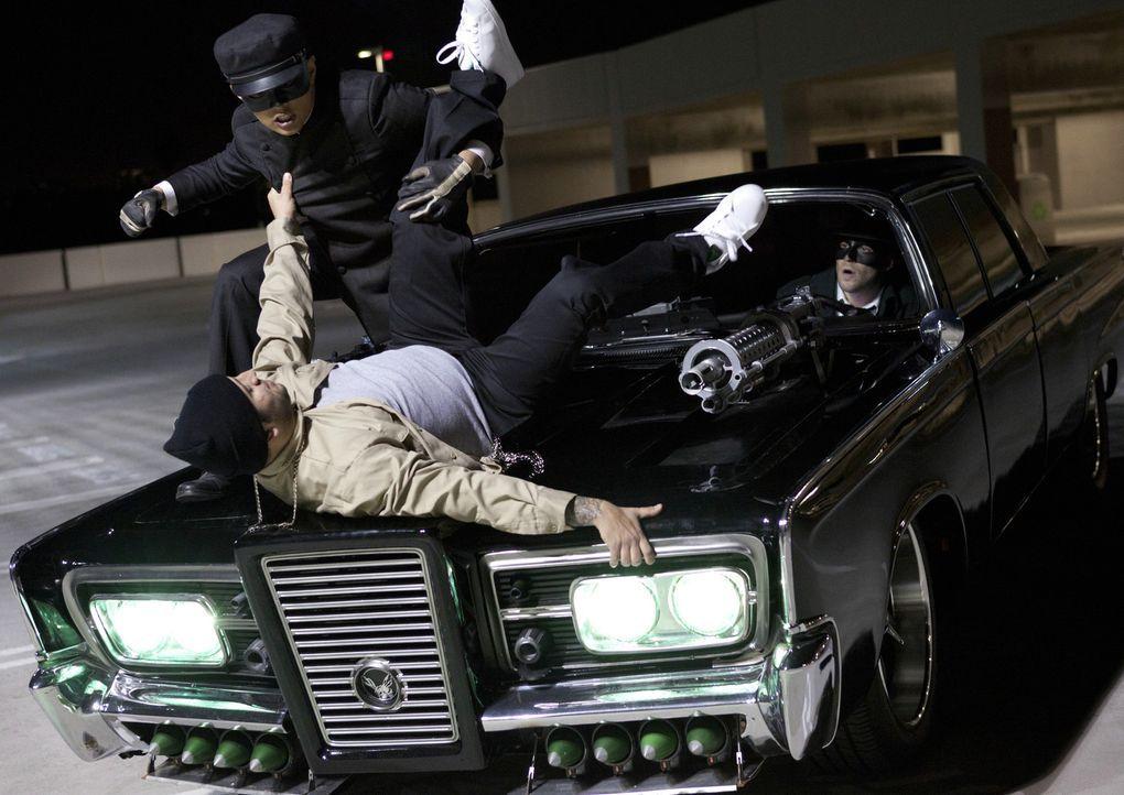 Kato (Jay Chou, l.) und Britt (Seth Rogen, r.) machen den Verbrechern von L.A. das Leben schwer ... - Bildquelle: Motion Picture   2011 Columbia Pictures Industries, Inc. All Rights Reserved.