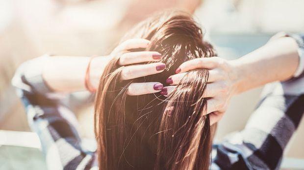 Wir sagen dir, warum du in deiner Haarpflege-Routine auf Blue Shampoo zurückg...