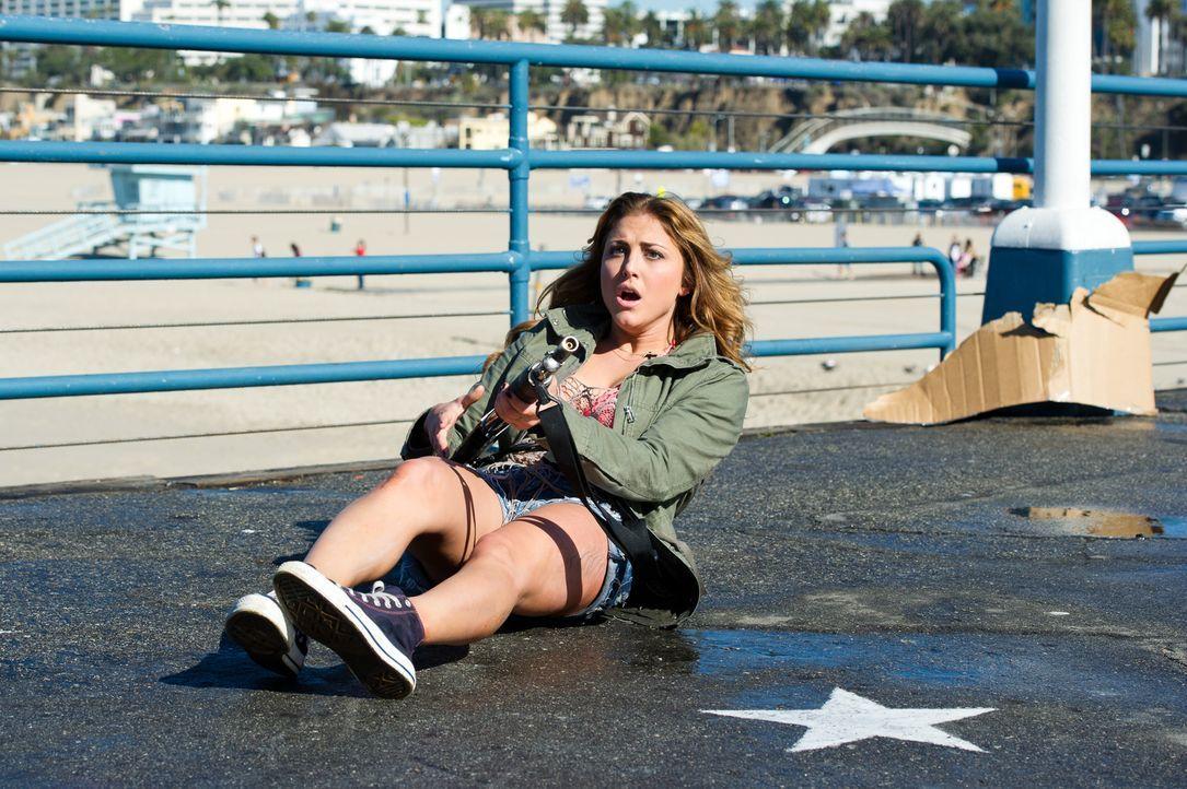 Mitten in Beverly Hills droht eine Hai-Invasion. Kann Nova (Cassandra Scerbo) April und ihre Tochter vor den fliegenden Bestien retten? - Bildquelle: 2013, THE GLOBAL ASYLUM INC.  ALL RIGHTS RESERVED.