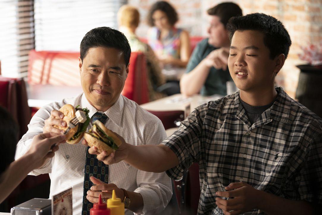 Louis Huang (Randall Park, l.); Eddie Huang (Hudson Yang, r.) - Bildquelle: Ali Goldstein 2019-2020 American Broadcasting Companies.  All rights reserved. / Ali Goldstein
