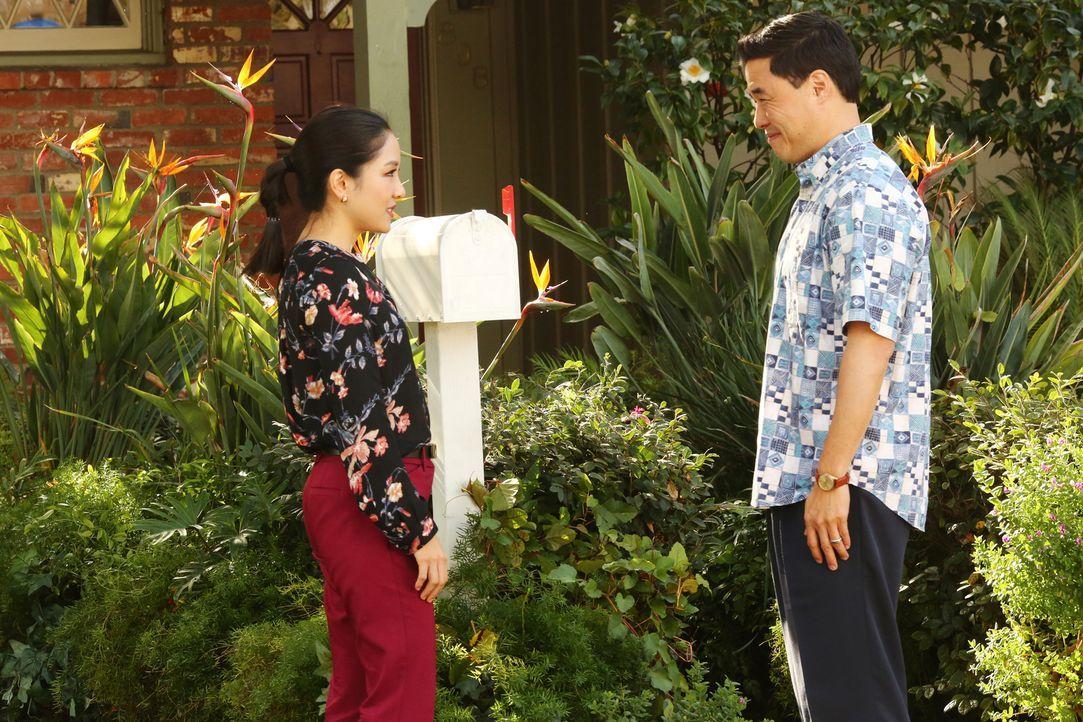 Jessica (Constance Wu, l.) und Louis (Randall Park, r.) machen eine höchst merkwürdige und beunruhigende Entdeckung in ihrem Briefkasten und gehen d... - Bildquelle: 2016-2017 American Broadcasting Companies. All rights reserved.