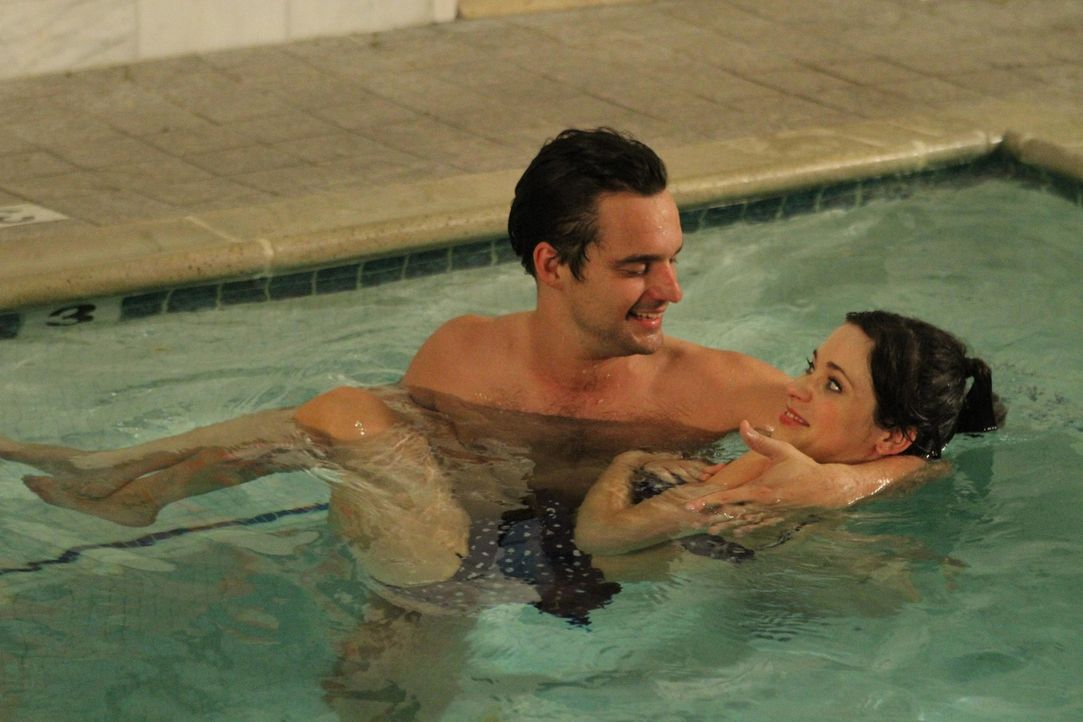 Mit einer chinesischen Wassermassage versucht Nick (Jake Johnson, l.), Jess (Zooey Deschanel, r.) zu heilen ... - Bildquelle: 2012 Twentieth Century Fox Film Corporation. All rights reserved.