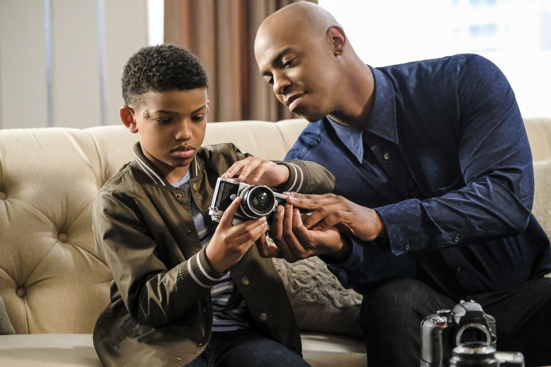Ist der kleine Marcus (Lonnie Chavis, l.) der Schlüssel zum Rätsel? Guardian (Mehcad Brooks, r.) setzte alles daran, sein Vertrauen zugewinnen ... - Bildquelle: 2016 Warner Brothers