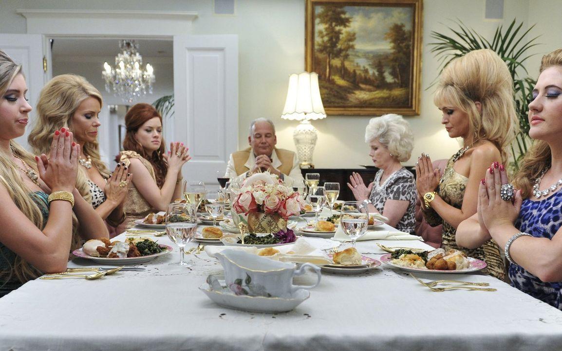 Ein ganz besonderes Abendessen: (v.l.n.r.) Savannah (Alexandria Deberry), Dallas (Cheryl Hines), Tessa (Jane Levy), Hubba (Brett Rice), Emmaline (Ju... - Bildquelle: Warner Brothers
