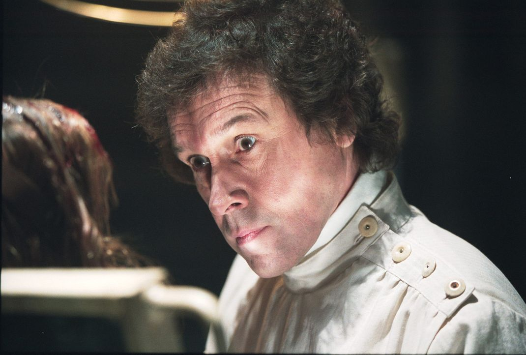 "Serienkiller Alistair ""The Doctor"" Pratt (Stephen Rea, r.) hat ein neues Opfer gefunden ... - Bildquelle: 2003 Sony Pictures Television International. All Rights Reserved."