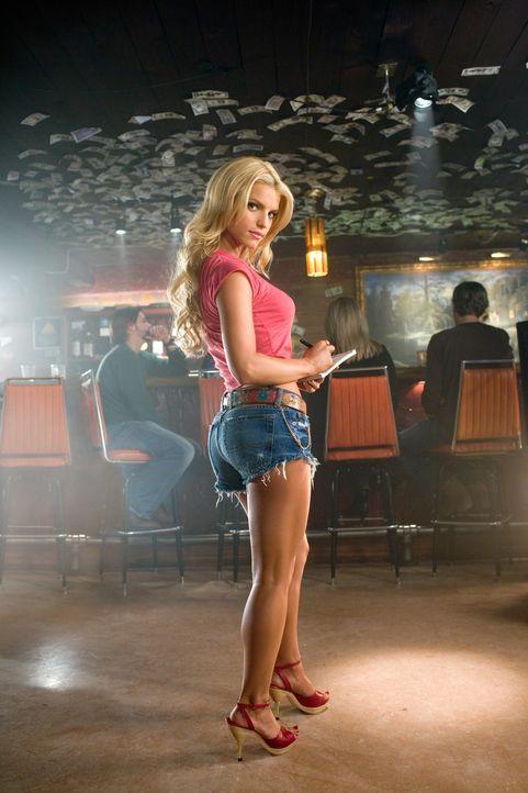 Daisy Duke (Jessica Simpson) setzt bereitwillig ihre arg kurzen Shorts und ihre tolle Figur ein, um ihren stets in Nöten steckenden Verwandten aus... - Bildquelle: Warner Brothers International