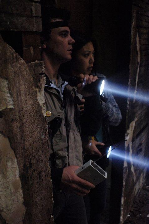 Im Haus der Mortons haben es Maggie (Brittany Ishibashi, r.) und Harry (Travis Wester, l.) mit einem mächtigen Gegner zu tun. Nur gut, dass Sam und... - Bildquelle: Warner Bros. Television