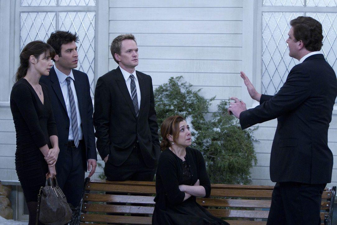 Ted (Josh Radnor, 2.v.l.), Barney (Neil Patrick Harris, M.), Lily (Alyson Hannigan, 2.v.r.) und Robin (Cobie Smulders, l.) sind zur Beerdigung von M... - Bildquelle: 20th Century Fox International Television