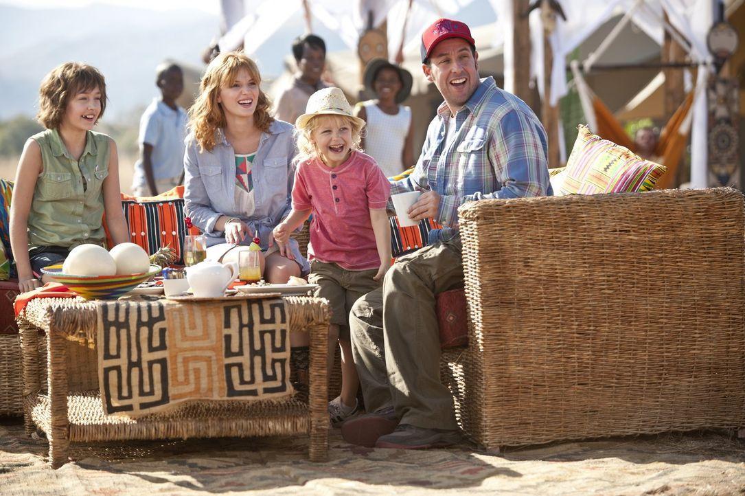 Jim (Adam Sandler, r.) reist mit seinen Töchtern Lou (Alyvia Alyn Lind, 2.v.r.), Hilary (Bella Thorne, 2.v.l.) und Espn (Emma Fuhrmann, l.) nach Afr... - Bildquelle: Warner Brothers