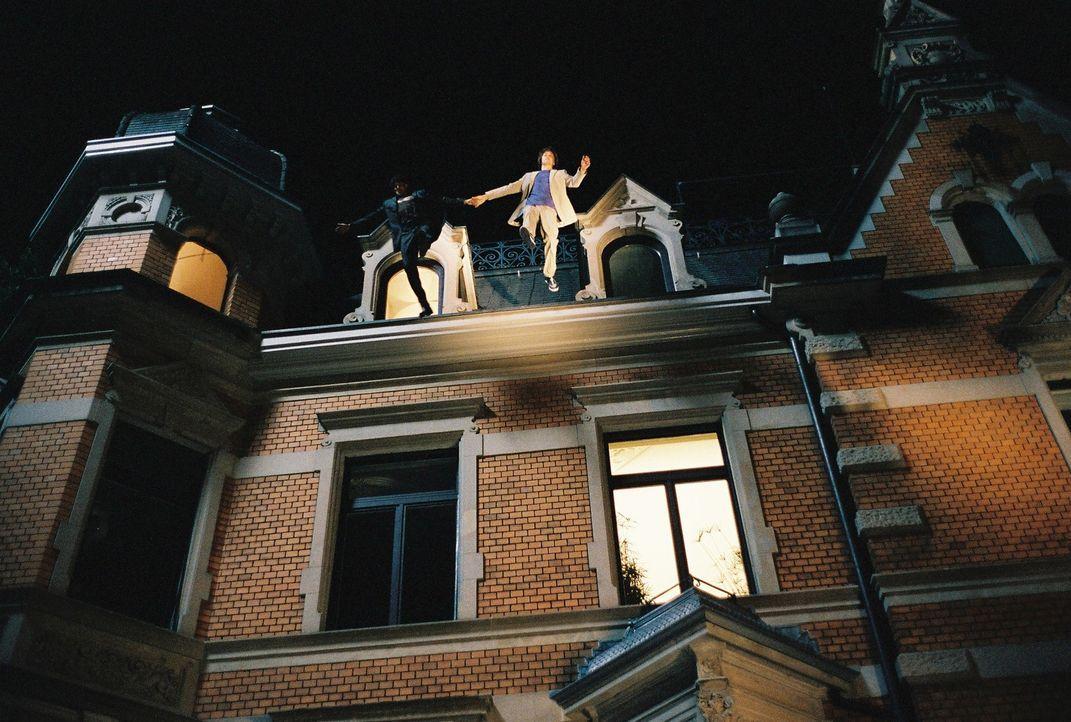 Als Gregor (Oliver Korittke) erfährt, dass seine Freundin einen neuen Lover hat, rastet er völlig aus und will sich vom Dach des Hauses stürzen ... - Bildquelle: Buena Vista