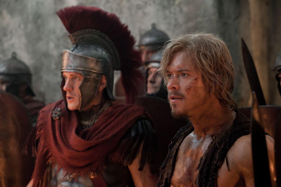 Von Angesicht zu Angesicht: Crassus (Simon Merrells, l.) und Julius Caesar (Todd Lasance, r.) sind nur noch ein paar Schritte von Spartacus entfernt... - Bildquelle: 2012 Starz Entertainment, LLC. All rights reserved.
