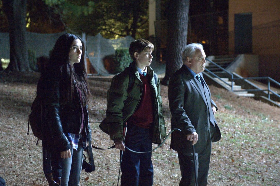 Gelingt Alice (Isabelle Fuhrman, l.), Jordan (Owen Teague, M.) und Rektor Ardai (Stacy Keach, r.) ein wichtiger Schlag gegen die Zombies? - Bildquelle: Richard Foreman 2014 CELL Film Holdings, LLC ALL RIGHTS RESERVED.