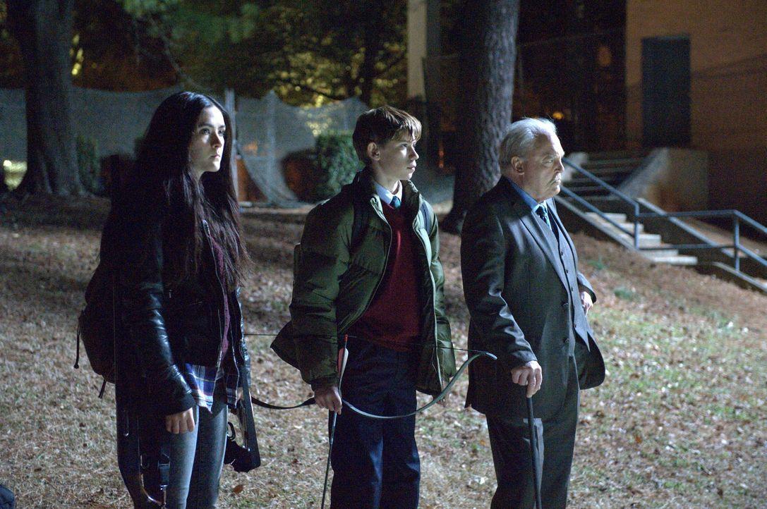 Gelingt Alice (Isabelle Fuhrman, l.), Jordan (Owen Teague, M.) und Rektor Ardai (Stacy Keach, r.) ein wichtiger Schlag gegen die Zombies? - Bildquelle: Richard Foreman 2014 CELL Film Holdings, LLC ALL RIGHTS RESERVED.