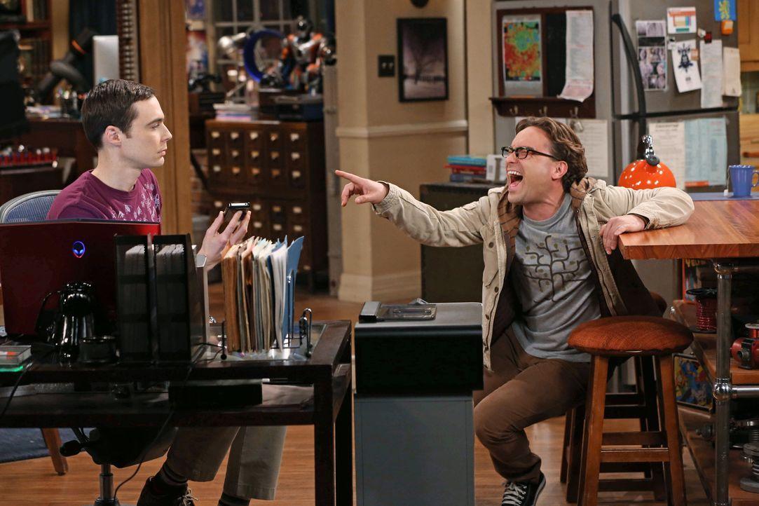 Durch ein Online-Spiel steht Sheldon (Jim Parsons, l.) mit Stephen Hawking in Kontakt. Doch die Beziehung steht unter keinem guten Stern, was Leonar... - Bildquelle: Warner Bros. Television