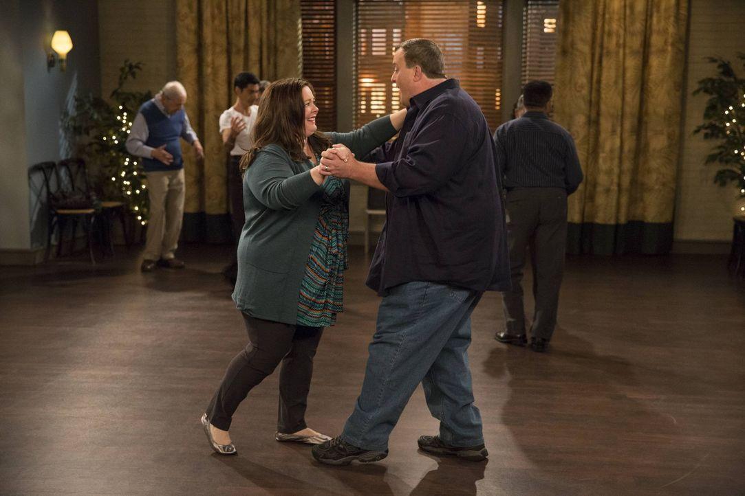 Mike (Billy Gardell, r.) bittet Carl darum, für ihn als Ersatz zur Salsa-Tanzstunde mit Molly (Melissa McCarthy, l.) zu gehen. Jedoch wird er schnel... - Bildquelle: Warner Brothers