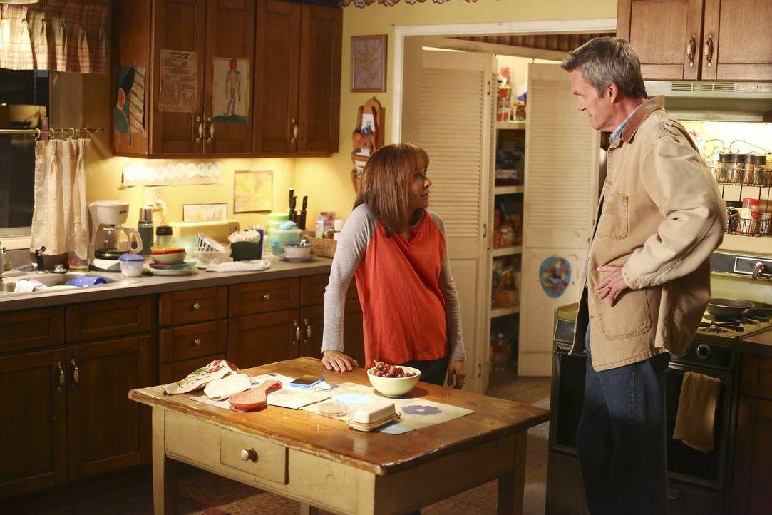 Frankie (Patricia Heaton, l.); Mike (Neil Flynn, r.) - Bildquelle: Warner Brothers