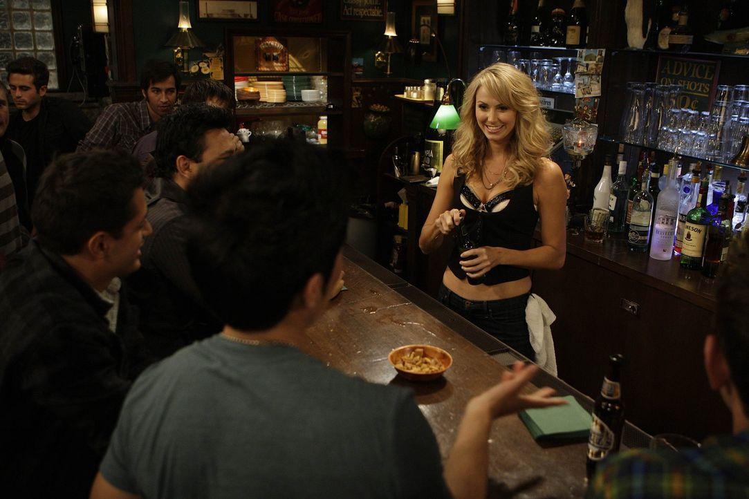 Barney hat sich in Karina (Stacy Keibler, r.), die neue Barfrau des MacLaren's verguckt, die alle männlichen Gäste wahnsinnig macht ... - Bildquelle: 20th Century Fox International Television
