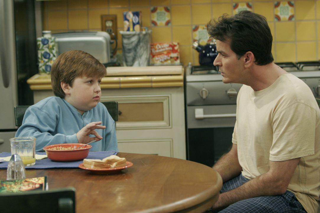 Jake Harper (Angus T. Jones, l.); Charlie Harper (Charlie Sheen, r.) - Bildquelle: Warner Brothers Entertainment Inc.
