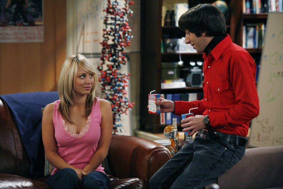 Howard (Simon Helberg, r.), ein Freund von Leonard und Sheldon, versucht angestrengt ein Frauenheld zu sein und probt dies gleich einmal an Penny (K... - Bildquelle: Warner Bros. Television