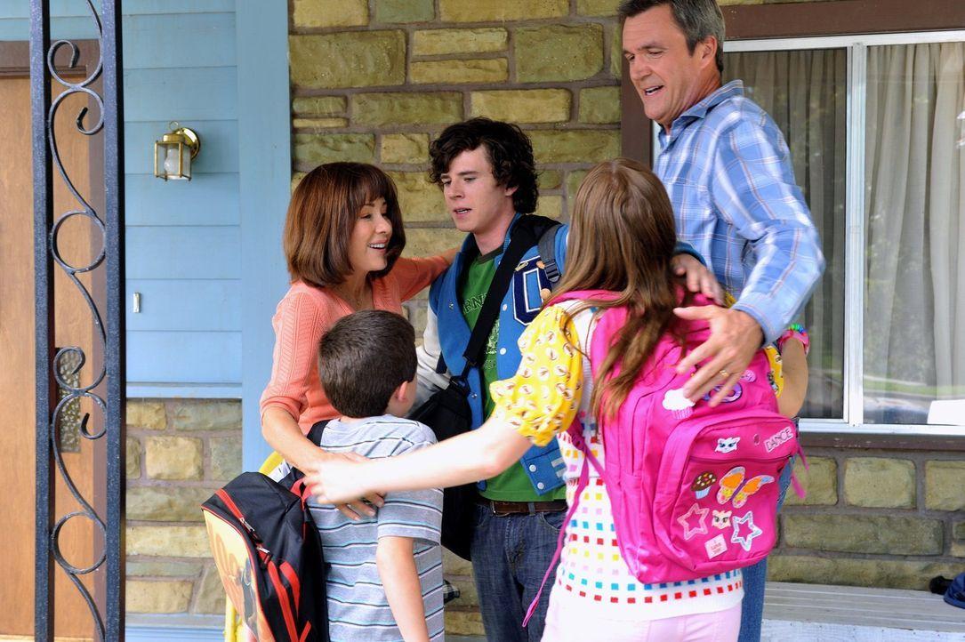 Die Familie Heck (v.l.n.r.: Atticus Shaffer, Patricia Heaton, Charlie McDermott, Eden Sher, Neil Flynn) fährt auf einen Campingausflug. Dieser entwi... - Bildquelle: Warner Brothers