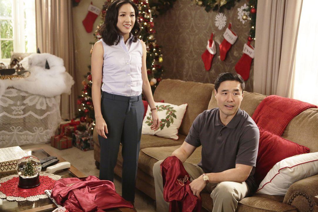 Vergessen ihren Sohn Evan Zuhause, während sie mit Eddie und Emery ins Kino gehen: Jessica (Constance Wu, l.) und Louis (Randall Park, r.) ... - Bildquelle: 2016-2017 American Broadcasting Companies. All rights reserved.