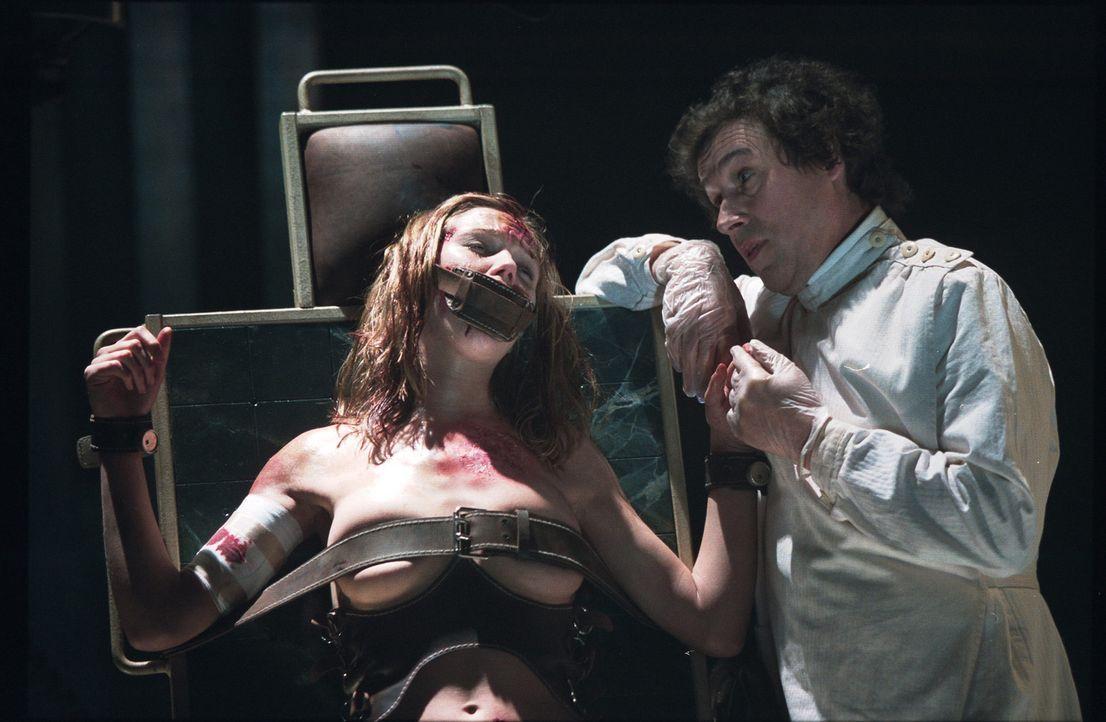 Der psychopatische Alistair Pratt (Stephen Rea, r.) hat Terry (Natascha McElhone, l.) in seine Gewalt gebracht. Wird sie mit dem Leben davon kommen? - Bildquelle: 2003 Sony Pictures Television International. All Rights Reserved.
