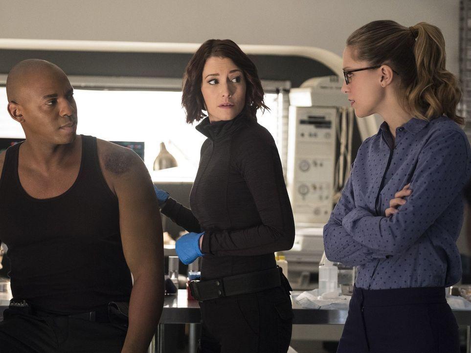 Um Kara (Melissa Benoist, r.) vor Metallo und den Luthors zu beschützen, gehen Alex (Chyler Leigh, M.) und James (Mehcad Brooks, l.) jedes Risiko ei... - Bildquelle: 2016 Warner Brothers