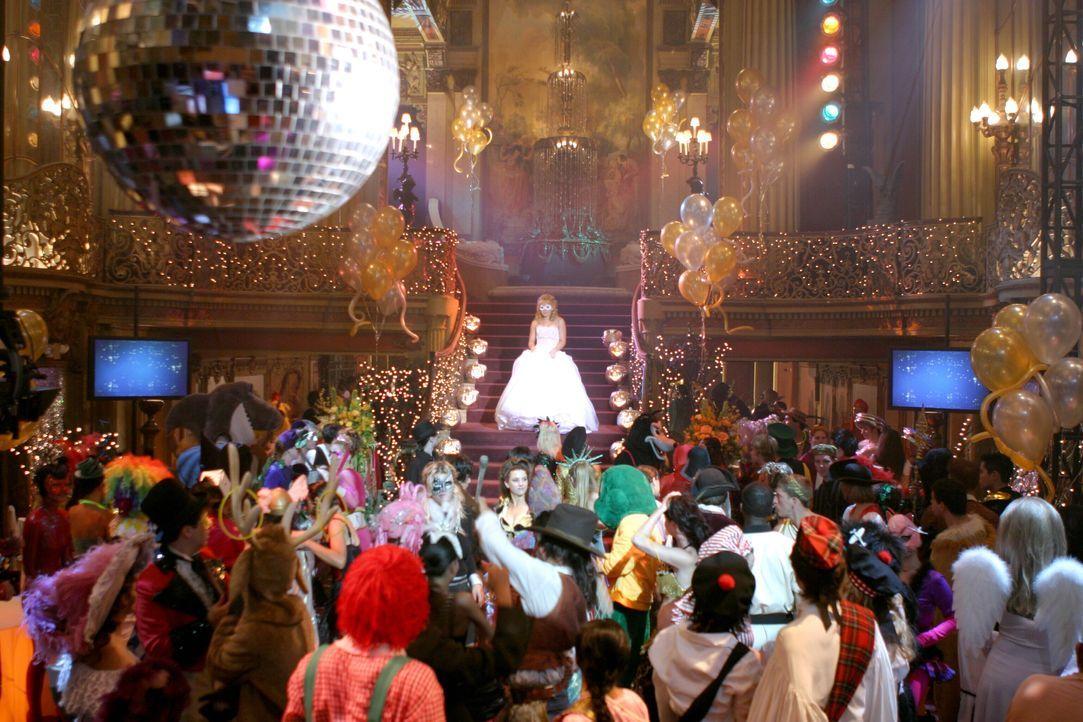 Auf dem großen Halloween-Homecoming-Ball sorgt Sam (Hilary Duff, oben M.) mit ihrem atemberaubenden Kostüm für Aufsehen … - Bildquelle: Warner Bros.