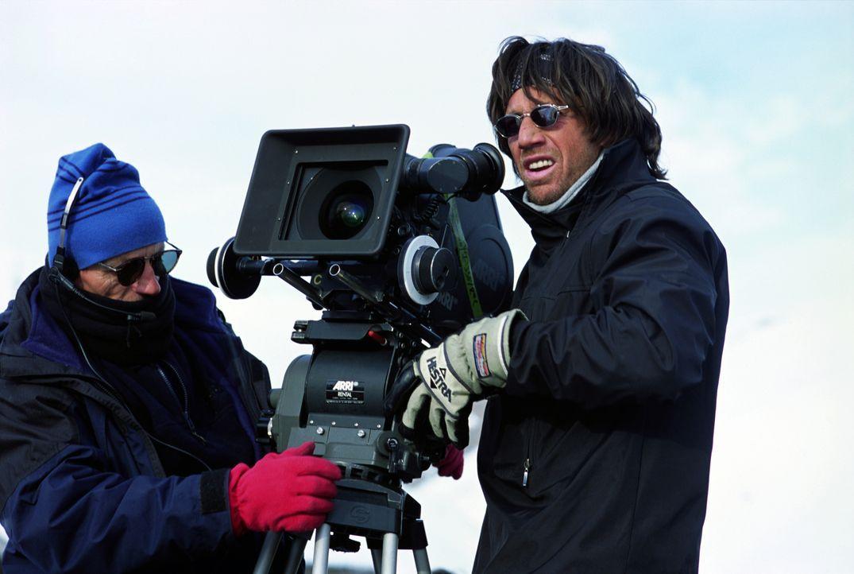 Regisseur Christian Duguay, r. bei den Dreharbeiten - Bildquelle: TM & Copyright   2002 by Paramount Pictures. All Rights Reserved.