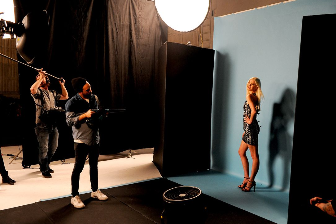 GNTM-Stf10-Epi14-Cosmo-Cover-Shooting-092-ProSieben-Micah-Smith - Bildquelle: ProSieben/ Micah Smith