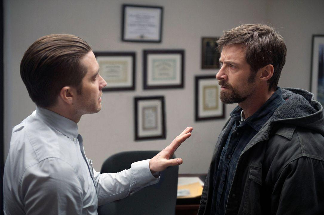 Alle Spuren im Entführungsfall verlaufen im Nichts. Als Detective Loki (Jake Gyllenhaal, l.) den einzigen Verdächtigen, den geistig zurückgebliebene... - Bildquelle: TOBIS FILM. ALL RIGHTS RESERVED