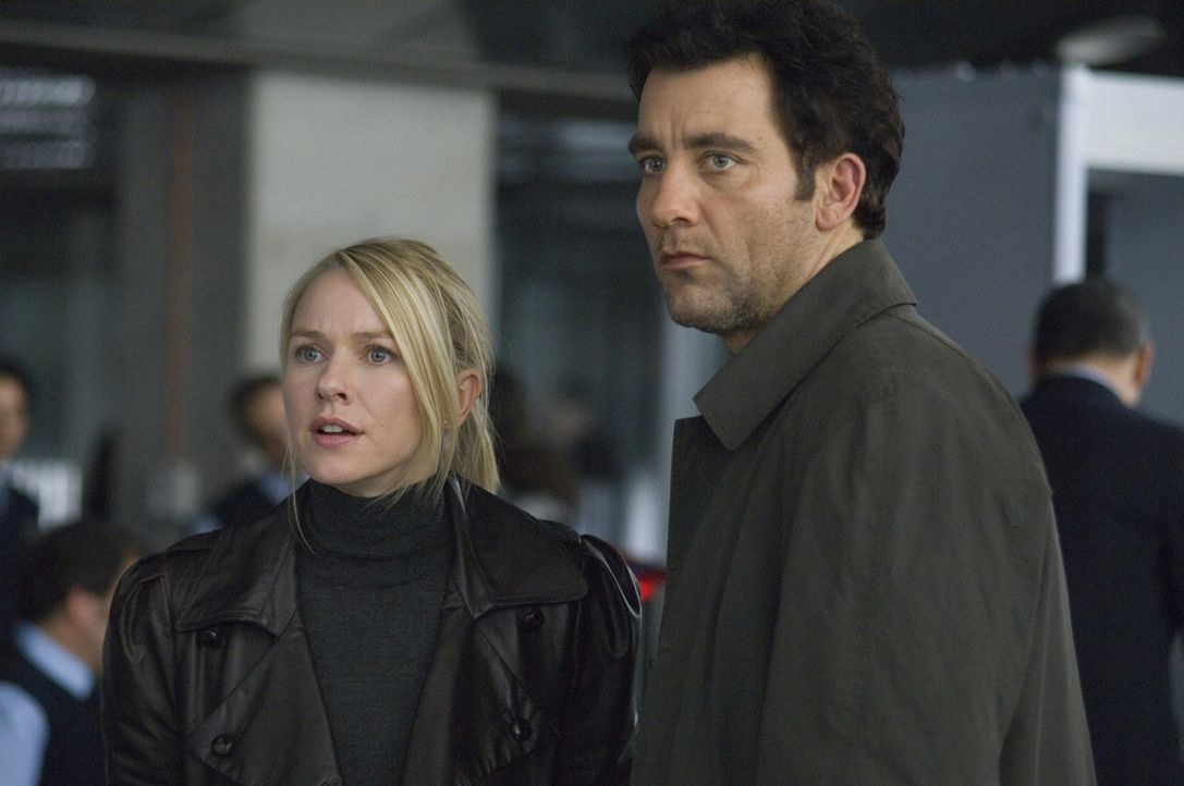 Erst viel zu spät wird dem Interpol-Agenten Louis Salinger (Clive Owen, r.) und der New Yorker Staatsanwältin Eleanor Whitman (Naomi Watts, l.) kl... - Bildquelle: 2009 Columbia Pictures Industries, Inc. and Beverly Blvd LLC. All Rights Reserved.
