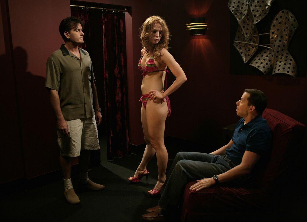 Gemeinsam mit Alan (Jon Cryer, r.) trifft Charlie (Charlie Sheen, l.) seine alte Flamme Desiree Pasternak (Alicia Witt, M.) wieder, die ehemalige Sp... - Bildquelle: Warner Brothers Entertainment Inc.
