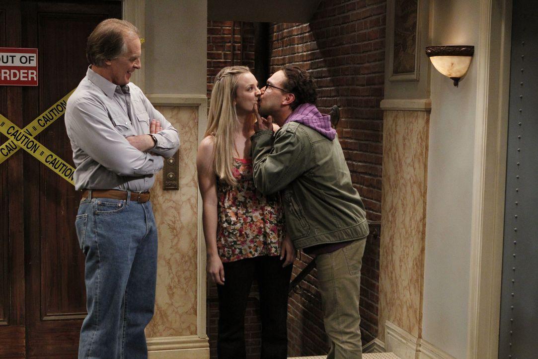 Wyatt (Keith Carradine, l.) bittet Leonard (Johnny Galecki, r.), an Penny dranzubleiben, denn er möchte einen netten und intelligenten Schwiegersohn... - Bildquelle: Warner Bros. Television