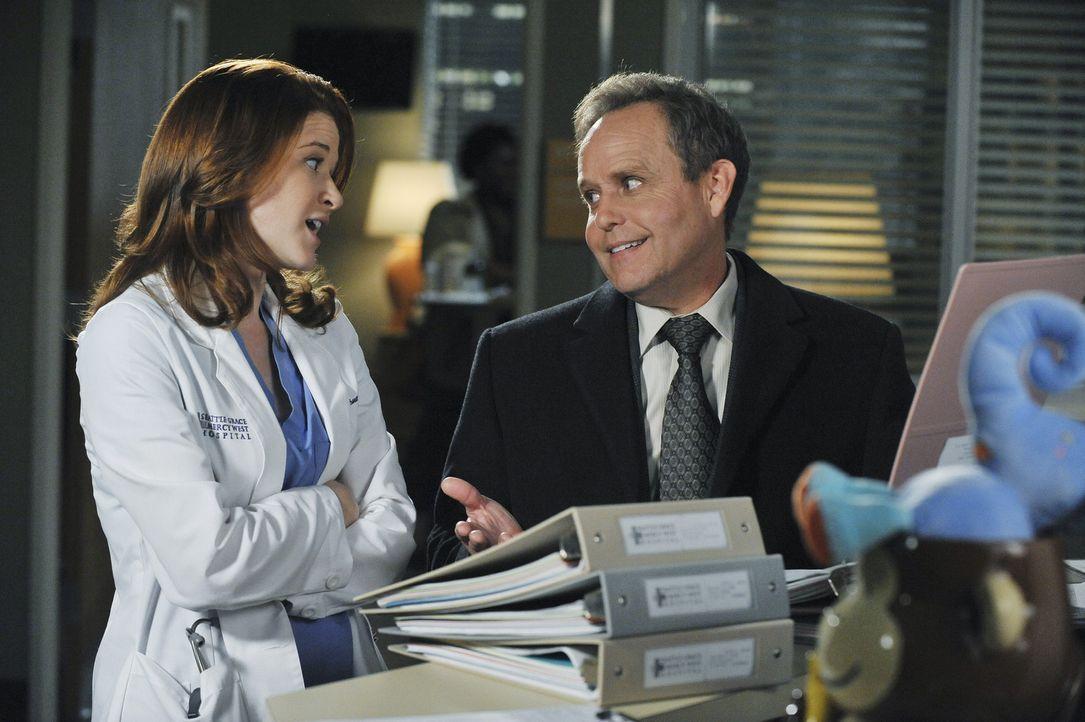 Während Richard Webbers Frau Adele erneut im Krankenhaus behandelt wird, entdeckt April (Sarah Drew, l.), dass mehr an Dr. Stark (Peter MacNicol, r... - Bildquelle: ABC Studios