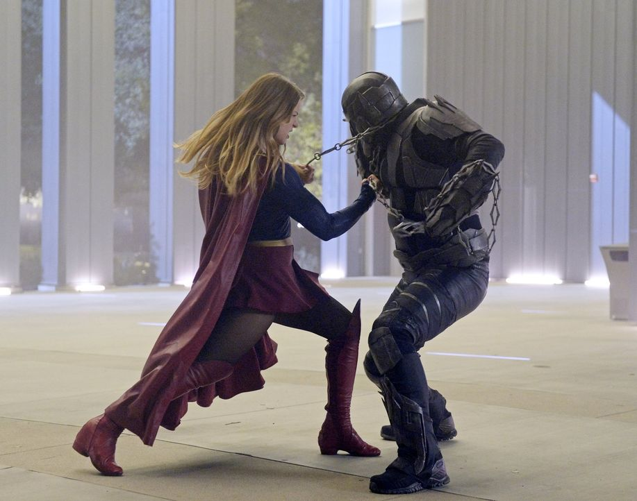 Supergirl (Melissa Benoist, l.) hat einen neuen Gegner: Master Jailer (Jeff Branson, r.) exekutiert entflohene Häftlinge aus Fort Ross. Kann sie ihn... - Bildquelle: 2015 Warner Bros. Entertainment, Inc.