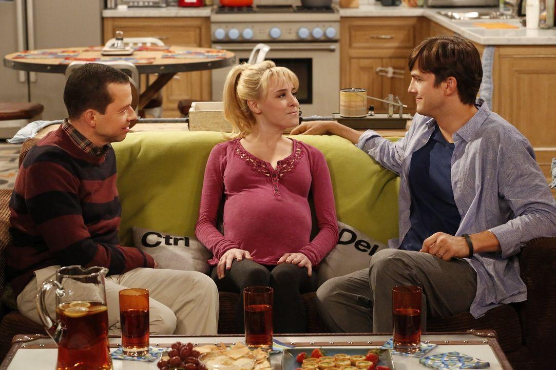 Ihr Wunsch soll in Erfüllung gehen. Kathy (Alessandra Torresani, M.) gibt ihr Kind zur Adoption frei und Walden (Ashton Kutcher, r.) und Alan (Jon C... - Bildquelle: Warner Brothers Entertainment Inc.