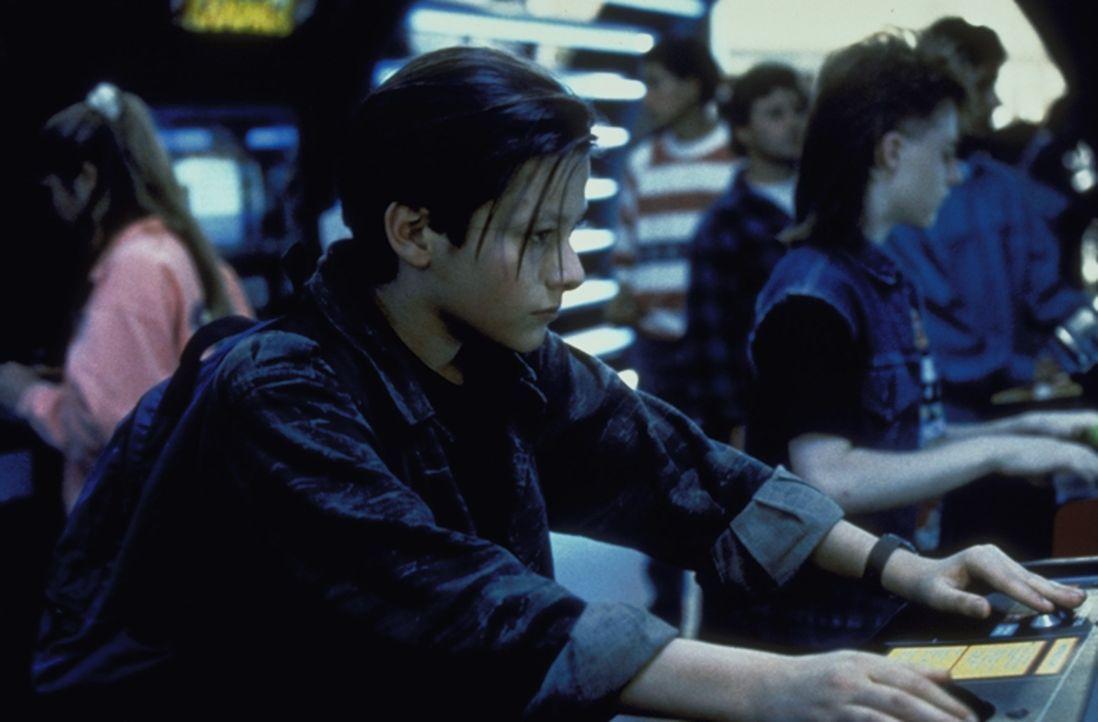 Noch ahnt der kleine John Connor (Edward Furlong, vorne) nicht, was er in der Zukunft für eine bedeutende Rolle spielen wird ... - Bildquelle: Columbia TriStar Films