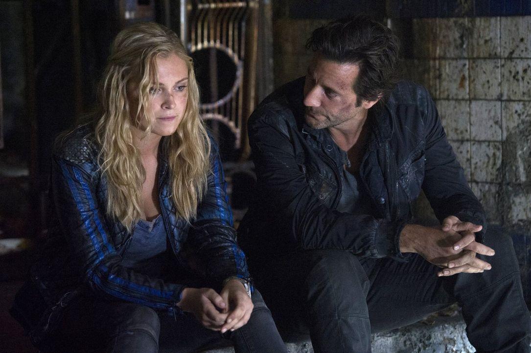 Kane (Henry Ian Cusick, r.) bringt Clarke (Eliza Taylor, l.) auf eine Idee. Sie soll ihr Schicksal nicht einfach hinnehmen, sondern nach dem wahren... - Bildquelle: 2014 Warner Brothers