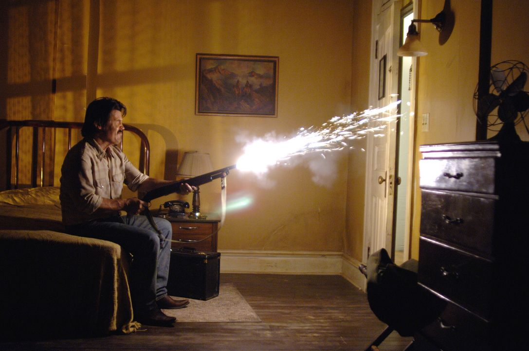 Eines Tages stößt Vietnamveteran Llewelyn Moss (Josh Brolin) im tiefsten Texas auf den Schauplatz eines fehlgeschlagenen Drogengeschäfts: Leichen... - Bildquelle: 2008 by PARAMOUNT VANTAGE, a Division of PARAMOUNT PICTURES, and MIRAMAX FILM CORP. All Rights Reserved.