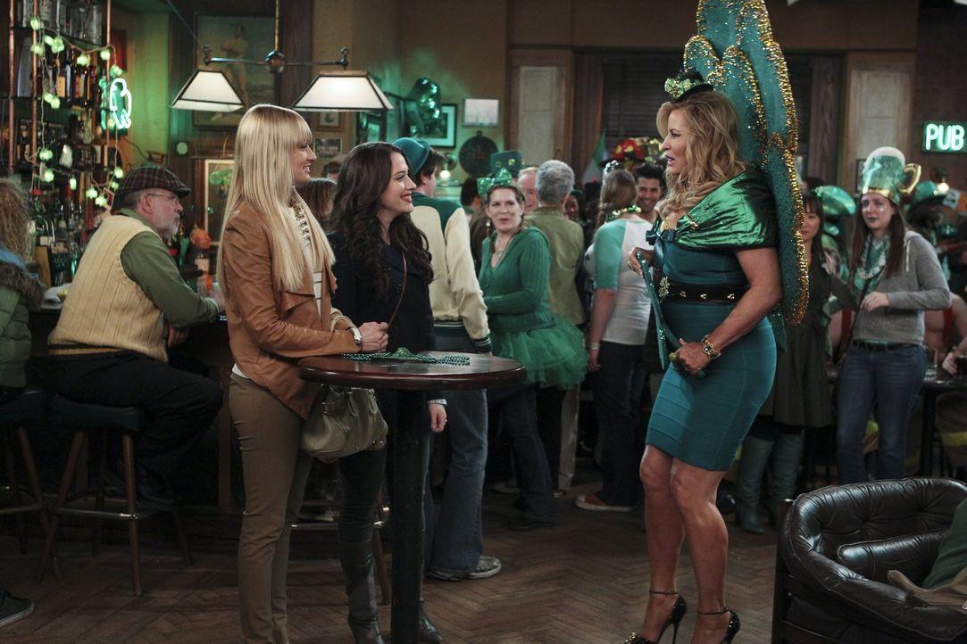 Ein ganz besonderer St. Patrick's Day wartet auf Max (Kat Dennings, vorne M.), Caroline (Beth Behrs, vorne l.) und Sophie (Jennifer Coolidge, vorne... - Bildquelle: Warner Bros. Television