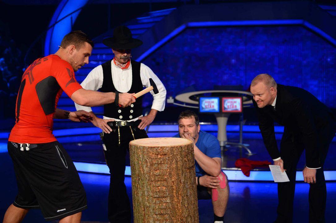 Stefan Raab (r.) ist gespannt, wer besser nagelt - Lukas Podolski (l.) oder Elton (2.v.r.)? - Bildquelle: Willi Weber ProSieben