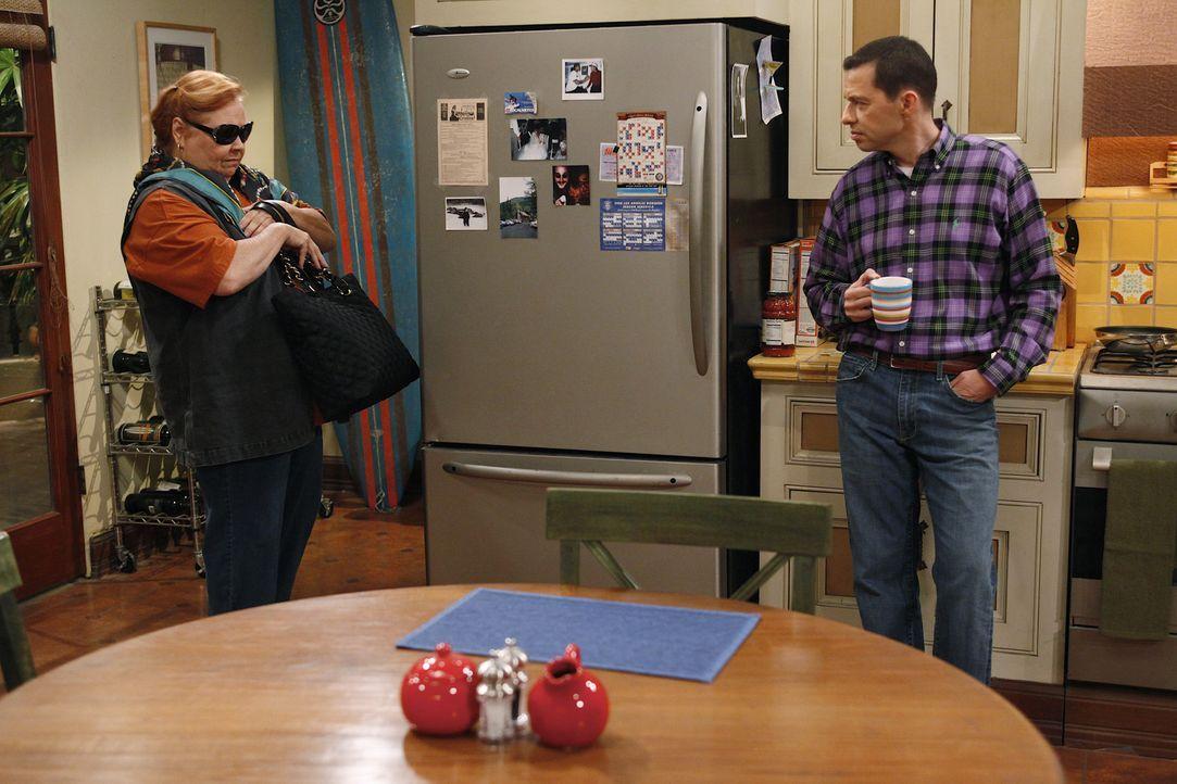Können nicht verstehen, warum Charlie wieder mit Courtney rummacht: Berta (Conchata Ferrell, l.) und Alan (Jon Cryer, r.) ... - Bildquelle: Warner Bros. Television