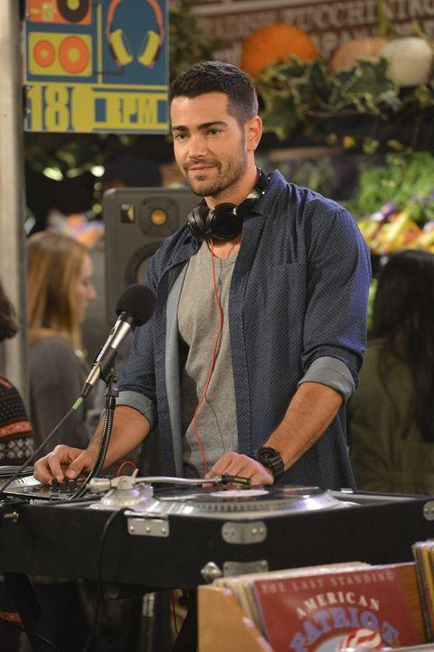 Der coole DJ Sebastian (Jesse Metcalfe) hat Max gehörig den Kopf verdreht ... - Bildquelle: Warner Bros. Television