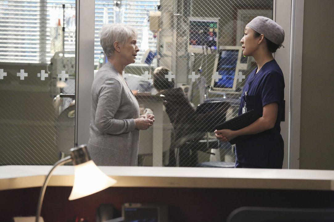Christina (Sandra Oh, r.) beschließt Nancys (Jennifer Bassey, l.) Sohn ein weiteres Mal zu röntgen, während diese darüber nachdenkt, die lebense... - Bildquelle: ABC Studios