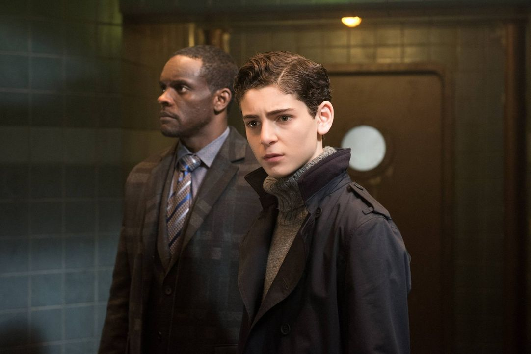 Dr. Strange muss sich gegen die Allianz aus Jim Gordon, Lucius Fox (Chris Chalk, l.) und Bruce Wayne (David Mazouz, r.) wehren, die nach Arkham eind... - Bildquelle: Warner Brothers