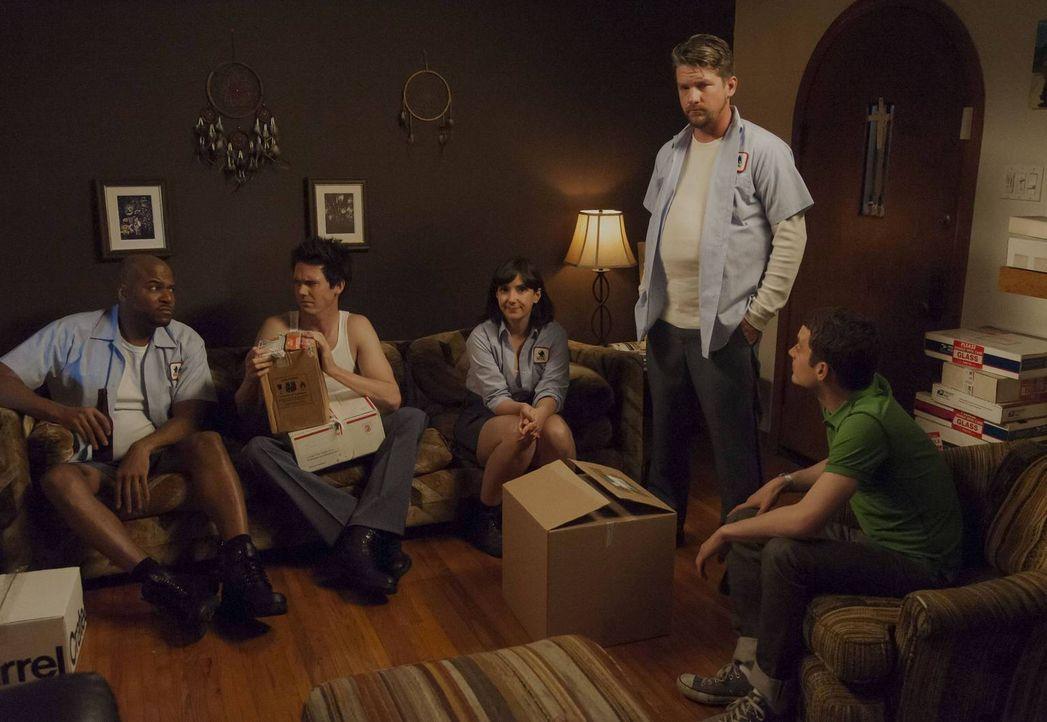 Ryan (Elijah Wood, r.) verbringt immer mehr Zeit mit seinen neuen Freunden, den Postboten Bill (Zachary Knighton, 2.v.r.), Joanne (Dixie Perkinson,... - Bildquelle: 2013 Bluebush Productions, LLC. All rights reserved.