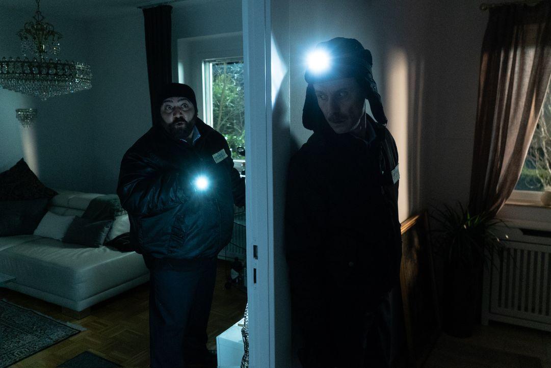 Ertu Karahanci (Kailas Mahadevan, l.); Harald (Jan Georg Schütte, r.) - Bildquelle: Stephanie Kulbach JOYN/ProSieben / Stephanie Kulbach