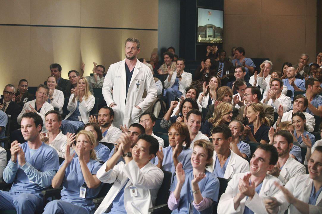 Jacksons Mutter, Catherine Avery, ist eine renommierte Chirurgin. Mark (Eric Dane, stehend) und die restlichen Ärzte versuchen, sie zu beeindrucken... - Bildquelle: ABC Studios
